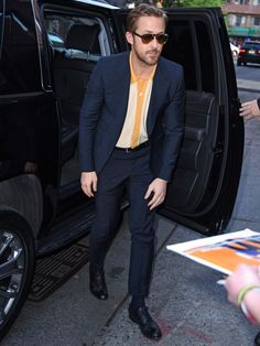 Cool One Secret to Stealing Ryan Gosling's Killer Style Derek Storm / Splash News Ryan Gosling always brings his A-game to a press tour; he dresses like a true movie star, is charming as hell, an. Cool Summer Outfits, Summer Suits, Dope Outfits, Casual Outfits, Men Casual, Guy Outfits, Hipster Fashion, Mens Fashion, Hipster Style