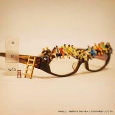 日用品や食べ物などを小人目線で見て、小人の世界を創るアートディレクター田中達也さん。皆で仲良く一列に座って、映画でも見てるのでしょうか。メガネが一つあればいっぱい座れちゃいます♪