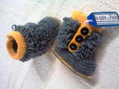 Botas para bebé . Realizados a mano en crochet. Talla aproximada 3 a 6 meses. Abrochadas con botones por el lateral. Disponibles en otras tallas y colores por encargo.