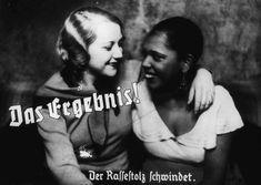 """Foto de propaganda nazista mostra a amizade entre uma mulher """"Ariana"""" e uma negra. O título diz: """"O resultado! A perda do orgulho racial."""" Alemanha, pré-guerra."""