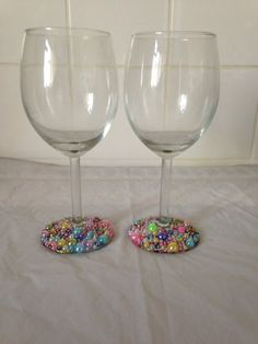 Wine Bottle Glasses, Glitter Wine Glasses, Painted Wine Glasses, Diy Crafts Vases, Plastic Glass, Light Switch Covers, How To Make Beads, Handmade Items, Party Ideas