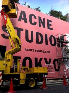 【画像 4/5】ACNEの国内旗艦店は南青山コルソコモ跡地 仮囲い設置