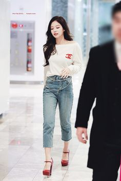 Blackpink Jennie - Sweater We all want to look youthful and fun. Today let's all get inspired by Blackpink Jennie's student fashion look! Blackpink Outfits, Kpop Fashion Outfits, Korean Outfits, Casual Outfits, Fashion Looks, Blackpink Fashion, Asian Fashion, Blackpink Jennie, Korean Airport Fashion