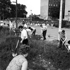 """RT Life in the #DDR: """"subbotnik"""" voluntary work #Berlin 1972. I don't know who took the photo.If you do, pls tell me!"""