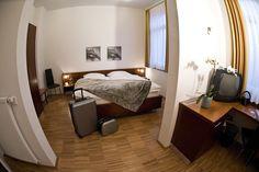 Jedes Zimmer bietet gehobenen Komfort und ist ausgestattet mit Echtholzparkett, Fernseher, Minibar, eigenem Bad und einem modernen Bett. Mini Bars, Hotels, Restaurant, Komfort, Bad, Modern, Furniture, Home Decor, Double Room