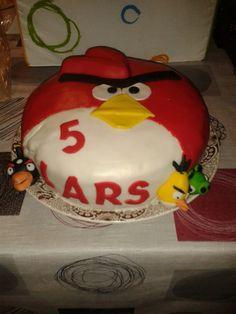 Angry birds taart: gevuld met crème au beurre met speculaas,  aardbeien en slagroom.