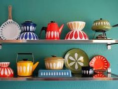 Bright and colourful California apartment full of retro and vintage furniture and wares. I love Vintage! Vintage Enamelware, Vintage Kitchenware, Vintage Pyrex, Table Vintage, Vintage Dishes, Mid-century Modern, Modern Design, Vintage Modern, Home Design