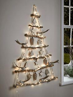 wand hängender weihnachtbaum äste ornamente lichterkette #weihnachtsdeko #ideen #christmasdecor