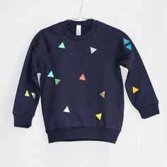 Sweatshirt mit Dreiecken, blau // blue sweatshirt with triangles by pom berlin… Little Boy Outfits, Little Boy Fashion, Kids Outfits, Cool Outfits, Sweat Shirt, Fashion Room, Kids Fashion, American Apparel, Kids Prints