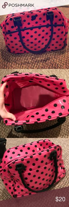 Polka Dot travel tote Small/medium size water resistant tote. Lots of pockets and places to store things. Great for a quick weekend get away! Bags Totes