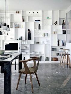 位於丹麥的別墅中,質樸色彩的灰色地板,讓白色的北歐空間增加溫暖情感,而地上的白色噴墨,也形成如意外般的美好。