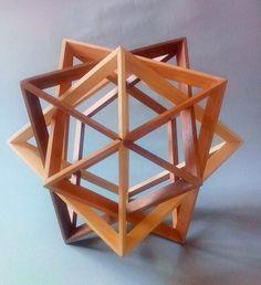Polyèdre formé de trois octaèdres imbriqués en bois