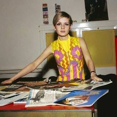 Back at the office vibes courtesy of Twiggy! ✨ Slinging vintage at the shop today from 11 to Come and see us at 9 Elm Row! 60s And 70s Fashion, Live Fashion, Retro Fashion, Vintage Fashion, Glamour, Fashion Designer, Iconic Women, Floral Fashion, Fashion Models