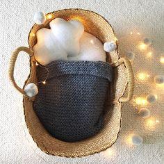 Suite et fin de la mise en vente de mes réalisations pour ce Noël 2015: petit couffin vintage en osier, matelas en coton à petits pois gris argent, couverture tricotée à la main en laine grise toute douillette et coussin nuage en lin blanc. Contact mail ninaletouquet@yahoo.fr pour commande ou pour plus d'infos. Les articles mis en ligne précédemment sont vendus. #ninaletouquet #couffin #vintage #poupée #osier #noël
