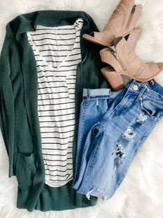 Hunter green long cardigan black striped white t-shirt skinny jeans sand colo - Dark Shirt - Ideas of Dark Shirt - Hunter green long cardigan black striped white t-shirt skinny jeans sand colored booties Cardigan Outfits, Casual Outfits, Cute Outfits, Fashion Outfits, Womens Fashion, Fashion Trends, Long Cardigan, Green Cardigan Outfit, Classy Outfits