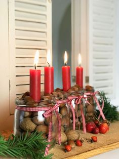Wall Christmas Tree, Christmas Tree Themes, Christmas Table Decorations, Green Christmas, Decoration Table, Christmas Time, Advent Candles, Red Candles, Christmas Arrangements