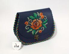 Tolba piele naturala cusuta manual pe capac cu motiv floral Leather Bags Handmade, Handmade Bags, Handmade Crafts, Unique Bags, Saddle Bags, Hand Sewing, Butterfly, Floral, Flower Embroidery