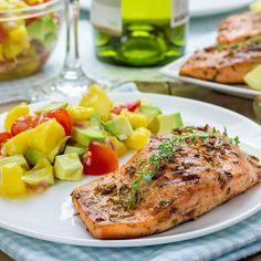 Pavé de saumon et sa salsa mangue-avocat Clean Arteries, Clogged Arteries, Mango Salmon, Note, Cooking Salmon, Grilled Salmon, Fish Dishes, Main Dishes, Salsa Douce