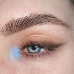 found the prettiest color combo for blue-ish eyes EVER. My own fave PeRiWiNkLe and color of which I was always afraid for wing liner - warm… Source by misskellydv Eyes Bold Eye Makeup, Neutral Makeup, Eye Makeup Art, Cute Makeup, Pretty Makeup, Skin Makeup, Makeup Dupes, Eyeshadow Makeup, Retro Eye Makeup