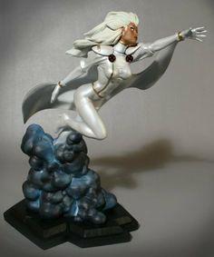 Storm: White Costume Statue Bowen Designs! by Bowen Designs. $209.99. Statuette en résine taille env. 30 cm sur socle. Modèle fini et peint à la main en édition limitée numérotée, sculpté par Bowen Designs et distribué par Sideshow Collectibles.