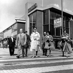 Rotterdam - Kruiskade, oversteek van de Lijnbaan. Thalia bioscoop op de achtergrond