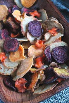 Homemade Veggie Chips Making your own homemade chips out of your favorite root vegetables couldn't be easier. What variety will you make? Beet Recipes, Raw Food Recipes, Healthy Recipes, Jar Recipes, Freezer Recipes, Drink Recipes, Dinner Recipes, Veggie Snacks, Healthy Snacks