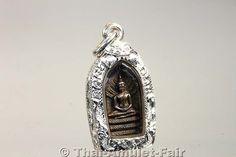 Sehr seltenes Buddha Thai Amulett (Samstagsbuddha) Phra Nak Prok Bai Makham Lopburi Ruun Anurak Chat Nuea Nawa des ehrwürdigen Luang Pho Koon Parisuttho, Abt des Wat Banrai, Tambon Kut Piman, Amphoe Dan Khun Thot, Changwat Nakhon Ratchasima (Korat), Isan, Nordostthailand aus dem Jahr BE 2538 (1995).  Das Amulett befindet sich in einer handgefertigten und wasserdichten Silbermaßfassung, die von unserem Gold- und Silberschmied komplett in Handarbeit gefertigt wurde.