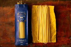 """Ruvidi, vitrei, trafilati al bronzo. Sono gli spaghetti artigianali made in Gragnano, """"la città dei maccheroni"""" a una manciata di km da Napoli, oggi protagonisti diGiudizio Universale,. Giudizio Universale? Certo, la rubrica che racconta il lato gourmet del cibo svuotando gli scaffali delle gastronomie specializzate e alla fineesprime il verdetto: PARADISO, PURGATORIO o INFERNO palatale? Vi chiederete: ma Dissapore non ha già la Prova d'Assaggio? Vero, ma quello è un test sui pro..."""