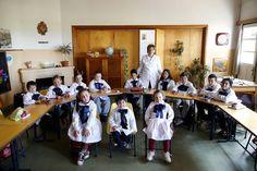 L'enseignante Ana Dorrego pose avec ses élèves de l'école rurale Agustin Ferreira près de la ville de Minas en Uruguay. L'école est composée de 12 Élèves de 4 à 11 ans et d'un seul enseignant