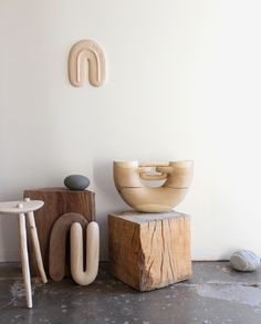 The sublime wood sculptures and everyday objects by Ariele Alasko represent an ode to the happy encounter between man and nature. Sculptures Céramiques, Wood Sculpture, Home Decor Accessories, Decorative Accessories, Objet Deco Design, Keramik Design, Decoration Inspiration, Shape And Form, Objet D'art