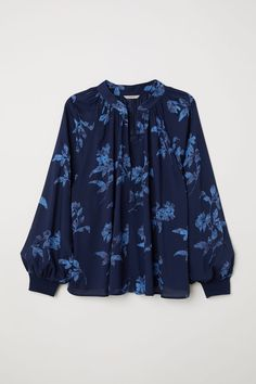 Wide, V-neck blouse in a patterned weave with long raglan sleeves and ribbed cuffs. Gathers at the neckline and a concealed hook-and-eye fastening at the to Manga Raglan, V Neck Blouse, Blouse Patterns, Sewing Patterns, H&m Tops, Mode Style, Modest Dresses, Personal Stylist, Fit And Flare
