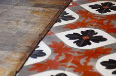 Le sol mixe parquet bois patiné et usagé, avec réédition vintage de carreaux de ciment (Carodeco).