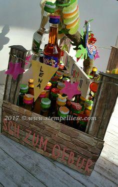 """Geschenkverpackung für kleine Flaschen.  Zum Geburtstag wurden """"Klopfer"""" dekorativ verpackt."""