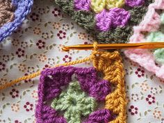 Detailed photo tutorial on how to crochet a granny square for absolute beginners. Crochet Chart, Easy Crochet, Crochet Stitches, Knit Crochet, Crochet Patterns, Crochet Squares, Granny Squares, Elephant Baby Blanket, Photo Tutorial