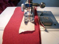 A trick to sew impossible fabrics - masking tape! Sewing Tools, Sewing Hacks, Sewing Tutorials, Sewing Projects, Sewing Clothes, Diy Clothes, Clothing Patterns, Sewing Patterns, Sewing School