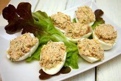 - 5 jajek - puszka tuńczyka - pęczek szczypiorku lub koperku - łyżka jogurtu naturalnego - pieprz, sól  Przygotowanie  Przygotowanie jest ba...