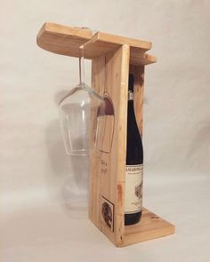 Latest interior design ideas include wooden pallets as the necessary element of their projects. New, upcoming and latest ideas are rapidly take fame in the field of pallets wood. Pallet Ideas Easy, Diy Pallet Projects, Diy Ideas, Reclaimed Wood Furniture, Diy Pallet Furniture, Wine Rack Design, Pallet Wine, Wine Glass Rack, Wine Racks