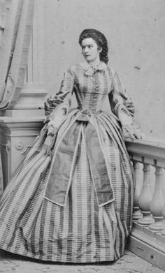 Here's an other photo supposedly unknown of Empress Sissi. Historical Costume, Historical Clothing, Historical Photos, 1800s Fashion, Victorian Fashion, Vintage Fashion, Romy Schneider, Vintage Photographs, Vintage Photos