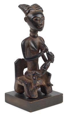 Abron oder Kulango, Elfenbeinküste: Eine schöne 'Mutter-Kind-Figur'.