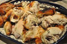 Læg en kylling på toppen af kartofler, løg og gulerødder. Dryp en lækker dressing over og steg 4 timer v. 125 grader. Gå en tur i skoven imens og maden er klar du kommer hjem. Mør saftig kylling. Slow Cooker Recipes, Cooking Recipes, Tur, Grilling, Food And Drink, Chicken, Meat, Tupperware, Annie