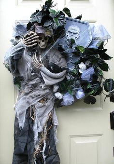 Halloween wreaths don't always have to be round...great idea! Links to Halloween Forum with pics of more Halloween wreaths