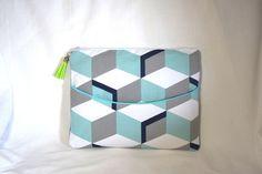 La pochette d'ordinateur au tissu géométrique bleu/gris est adapté à toutes…