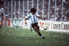 Soccer Fans, Football Players, Maradona Football, Pure Football, Diego Armando, Football Pictures, Iconic Photos, Vintage Football, Photo Essay