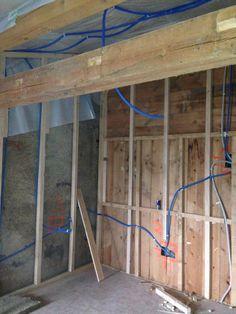 15. Juni 2015 - Das Elektriker-Team ist zwischenzeitlich im Dachstock angekommen und verlegt in sämtliche Räumen neue Leitungen, bevor morgen die Zimmermänner die Isolationsarbeiten ausführen.