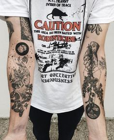 hirondelle-old-school-tatouage-hirondelle-signification-cool Please visit our website, we have a lot of funny and interesting photos. Forearm Tattoo Design, Forearm Tattoos, Hand Tattoos, Tatoos, Lower Leg Tattoos, Octopus Tattoos, Neck Tattoos, Future Tattoos, Tattoos For Guys