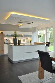 quelle couleur pour les murs d'une cuisine, murs blancs, faux plafond, lumière jaune, revêtement du sol en couleur taupe, bois PVC