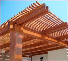 Techo de madera, con separación entre listones para una mejor entrada de la luz solar