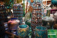 In ons Trendy Christmas kerstthema vind je veel pertol en goud kleurige vazen en kaarsenhouders.