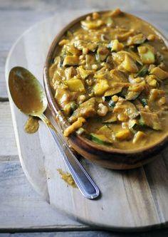 Een gezonde curry maken is niet moeilijk. Deze curry maken we met courgette en aubergine. We gebruiken een avocado om de saus mooi romig te maken.