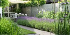 Close garden with green appearance, pond, white roof and … - Innen Garten - Eng